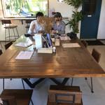 くるまえびキッチンTAMAYA - 店内テーブル席