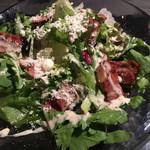炭火焼肉・にくなべ屋 びいどろ - カリカリベーコンと春菊の温玉シーザーサラダ(肉鍋コース)