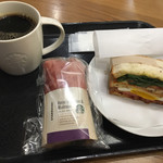 スターバックス・コーヒー - 料理写真:ベーコンレタスサンドとサラダ包みとコーヒーです