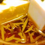 とり慎 - お豆腐の横にはつるつるのじゅんさいもたっぷり♪