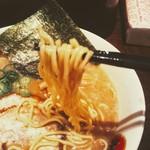 光麺 - とんこつでも麺は細くなく普通の太さ硬さ。