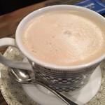 明楽時運『蔵や』 - カフェラテ(480円 税込)評価=○ 表面はクリーミィな泡で覆われて、苦味が抑えめのカフェラテです。