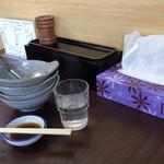 藤ヶ丘食堂 - お冷、つけタレ、鍋取り皿、テーブルセット。