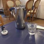 マディナ ハラル レストラン - 水と呼び出しベル