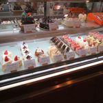 パティスリーモンタンベール - ケーキのショーケース