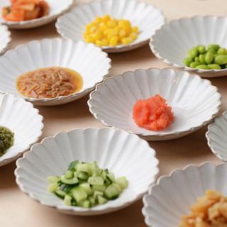 トッピングが23種類!納豆味噌汁やひきわりと小粒のあいがけも