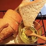99620778 - バゲットとライ麦パンとガーリックオイル