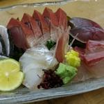 魚河岸割烹 鮮 - 刺身五点盛り(鰤、鰆、鱸、間八、〆鯖)