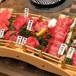 神戸牛焼肉&生タン料理 舌賛 - 舟盛り・階段盛りならぬ「橋盛り」