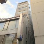 コーヒーサロンタカセ - 表の10階建てビルと一体化