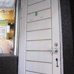 カレーショップ きよ - 白いドアを開けるとお店