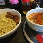 勢拉 - つけ麺(中盛、温盛、麺硬、ねぎ増し)・極太黒メンマトッピング、辛味。(一味唐辛子いっぱい)