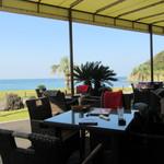パームビーチ - テラス席のテーブル