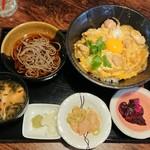 町の焼き鳥レストラン トリ太鼓 - 親子丼と小蕎麦セット
