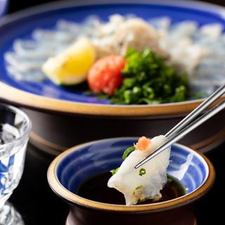 料理人の巧みな技で、旬の味覚を贅沢な一品へ。五感全てで味わう