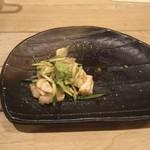 99681026 - 鶏わさ  この量で626円 ワサビは横にありましたがうっかり上に載せて撮影。