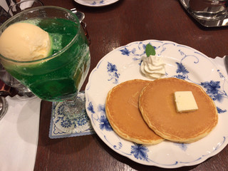 喫茶トリコロール  松坂屋上野店  - クリームソーダ ホットケーキ