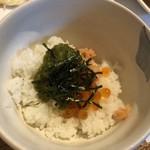 99689365 - イクラと鮭トロとメカブ丼・・少量のご飯の上に「イクラと鮭トロとメカブ」が盛られ、全体を混ぜていただくと美味しい。
