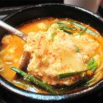 ソウル亭 - おぼろ状の柔らかい豆腐がたくさん入ってます。家庭的だけど上品さもある、ピリ辛スープです。