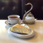 99702735 - クリームチーズケーキ、紅茶