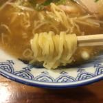 吾割安 - 黄色い縮れ麺