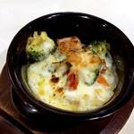 北千住葡萄酒場 - ゴロゴロベーコンと減農薬野菜のグラタン(780円)