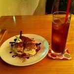 STEP STAMP cafe - ティラミスとアイスアールグレイティー。ティラミスの程よい甘さがアールグレイティーにベストマッチ♪