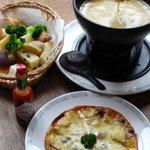 """ピッツァ・チーズ料理の店 美砂家 - 大人気の""""リンゴとブドウのピッツァ""""。そして 美砂家自慢の""""チーズフォンデュ"""""""