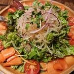 沖縄創作ダイニング 菜美ら - 青パパイヤとサーモンのサラダ(L) 700円