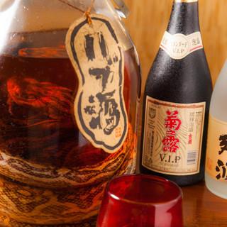 沖縄といったらコレ!迫力満点の<ハブ酒>に伝統の酒<泡盛り>