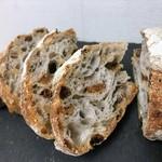 ベッカライ・ブロートハイム - 初訪でロデヴフリュイNo.1になってしまいました。プレーンのロデヴやドイツパンもいただきにいきます。