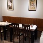 鮨和 - テーブル席(片側ベンチ)