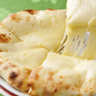 【これぞ必見】焼き立てアツアツのチーズナンに舌鼓♪