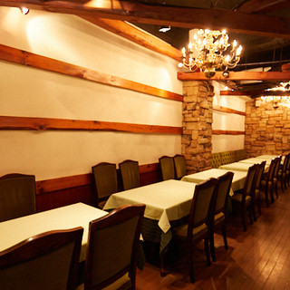 落ち着いた雰囲気の上質な空間。テーブルの間隔も広くゆったりと