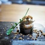 リョウリヤ ステファン パンテル - エビと赤ネギのサラダ 海老の頭のクリスティアン バニラアイスにオリーブオイル シェリービネガーを合わせたもの 独創的で美味しい