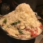 マンゲイラ - スパイシーカレートマト鍋  ふわふわのグラナパターノチーズトッピング