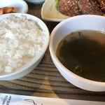 鄭家 コムタン - ご飯とワカメスープ
