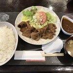 ころしのカレー - 料理写真:生姜焼定食 やや盛=600円 激辛カレールー=150円←右上の容器