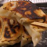 とんこつ鍋と餃子 縁楽 - 1つ1つが大きな餃子なので、箸で持ち上げると重量感満点!