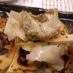 とんこつ鍋と餃子 縁楽 - 「肉汁焼き餃子」は皮は厚めで、餡はお肉とニラがバランスよく入ってジューシーな上に後味爽やか!