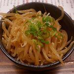 とんこつ鍋と餃子 縁楽 - シャキシャキとした茹でもやしと、ピリ辛な風味が入り交じる「ピリ辛もやし」300円。