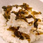 とんこつ鍋と餃子 縁楽 - 「辛子高菜」を交えて「白米」を食べてみると、「辛子高菜」の塩気と辛味がちょうどいい具合に白いキャンバスのような「白米」を彩るような形でウマさ激増!ガツガツと食べ進んであっという間に完食!