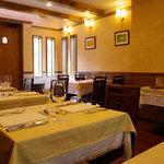 ラ・グラン・ポルト - ベンチシート8席(2名テーブル×4)、4名テーブル、2名テーブルの 計14席の小さな店です。