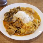 Venu's South Indian Dining - ランチビュッフェ(1000円) この日はチキンコルマ、ミックスベジPERATTAL、青バナナのカレー、謎の白身魚のカレー。年末スペシャルなのかバスマティライスでした。