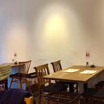キチプラス - 1階のテーブル席