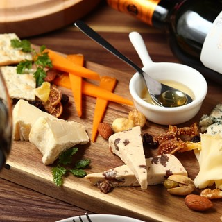 自ら足を運び、厳選したチーズ。そしてそれを使ったチーズ料理。