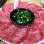焼肉・ホルモン 一両 - 料理写真:うす切りタン 皿が透けてる???
