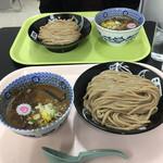 中華蕎麦 とみ田 - 手前が濃厚つけ麺 大。奥が濃厚つけ麺 並。さらにその奥が連れ('19/01/08)
