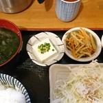 酒道楽こけこっこ - 味噌汁と小鉢