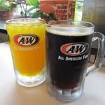 A&W - ドリンク写真:美味しい「オレンジジュース」と名物「ルートビア」